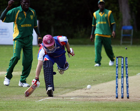 Japan's Chino just makes his ground against Nigeria (© CricketEurope)